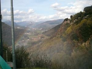 Arcobaleno sulla cascata. Gli Appenini sullo sfondo. Come si leggeva un po' ovunque: l'Italia ha un cuore verde, l'Umbria.