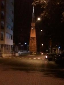 L'obelisco lancia di luce. Si trova in Corso del Popolo e un po' ti chiedi cosa ci faccia là, un po' meno della pressa gigante però.