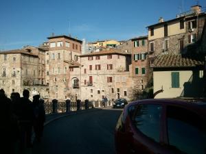 Perugia, il suo essere in salita (o in discesa a seconda dei punti di vista) ed il timido sole di aprile